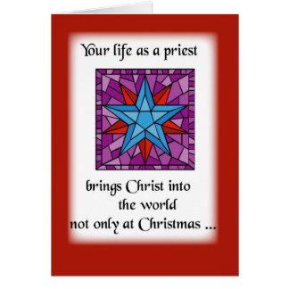El navidad del sacerdote protagoniza el azul en tarjeta