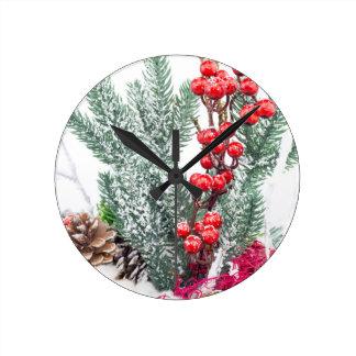 El navidad sirve con la decoración de las setas de reloj redondo mediano