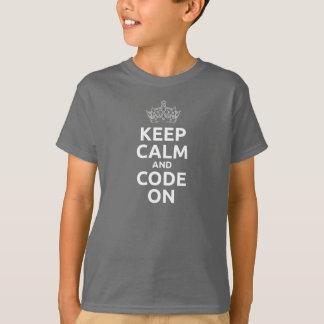 El niño guarda calma y código en la camiseta