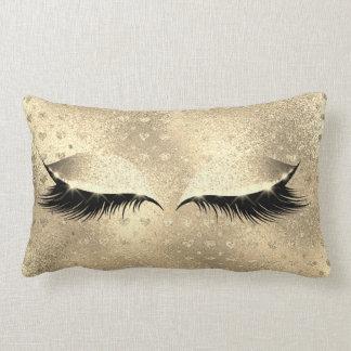 El ojo negro del maquillaje del brillo azota el cojín lumbar
