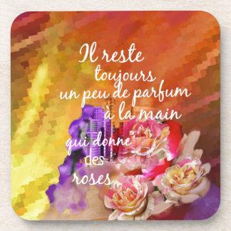 El olor de los rosas todavía permanece en la mano posavasos