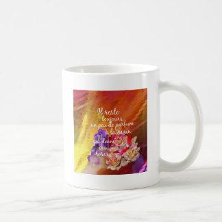 El olor de los rosas todavía permanece en la mano taza de café