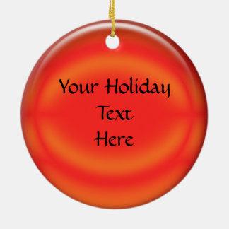 El ornamento - personalice la bola roja (trasera) adorno navideño redondo de cerámica