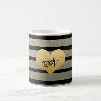 El oro negro raya el falso corazón de la hoja de taza de café