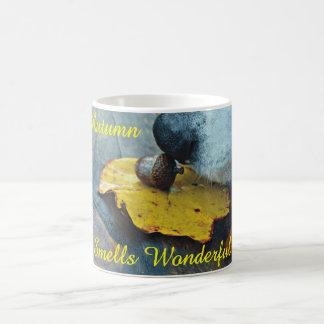 El otoño huele la bellota maravillosa el oler del taza de café