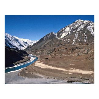 El paisaje estéril de Ladakh, la India septentrion Folleto 21,6 X 28 Cm
