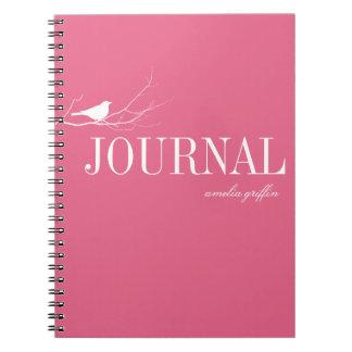 El pájaro se encaramó en el diario del personaliza cuaderno