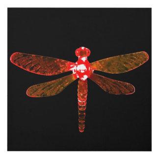 El panel de pared rojo de la libélula