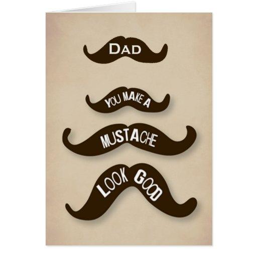 El papá hace que un bigote mira buenas tarjetas de