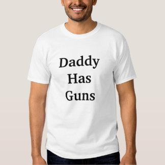El papá tiene camisetas de los hombres de los