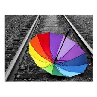 El paraguas del arco iris en el tren sigue la postal
