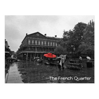El paraguas rojo cuadrado del barrio francés el | postal