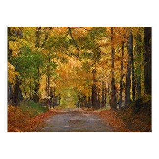 El paseo colorido del otoño pensó los árboles anuncio