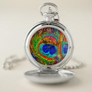 El pavo real empluma el reloj de bolsillo de