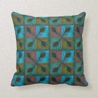 El pavo real empluma la almohada elegante con