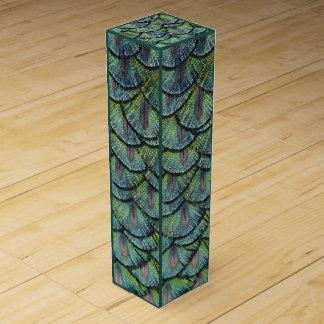 El pavo real empluma la caja del vino
