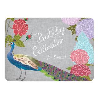 El pavo real floral en cumpleaños de lino gris invitación 12,7 x 17,8 cm