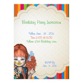 El payaso de la fiesta de cumpleaños embroma la invitación