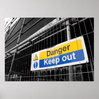 El peligro guarda hacia fuera el poster de la