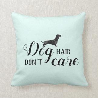 El pelo de perro divertido, no cuida la almohada