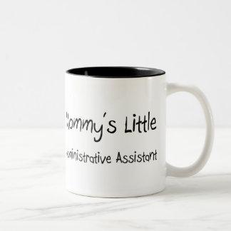 El pequeño ayudante administrativo de la mamá tazas de café