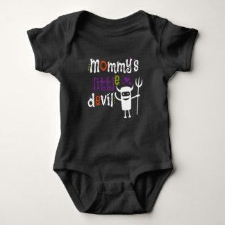 El pequeño diablo de la mamá embroma la camiseta