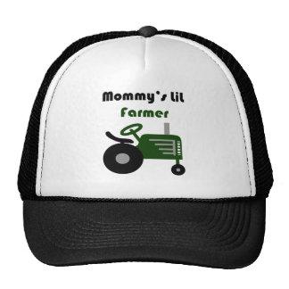 El pequeño granjero de la mamá gorro de camionero