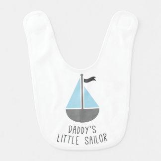 El pequeño marinero del papá babero