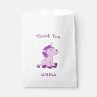 El pequeño unicornio lindo le agradece conocido bolsa de papel