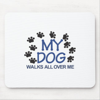 El perro camina las patas alfombrilla de ratón