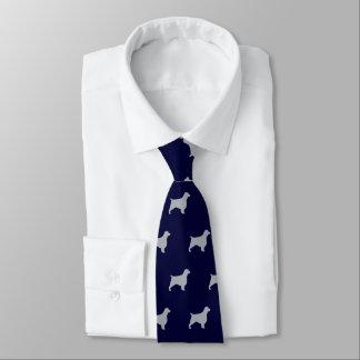El perro de aguas de saltador galés siluetea el corbata