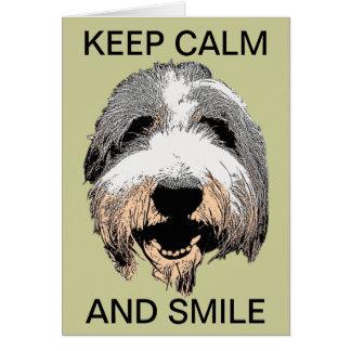 El perro de risa guarda la tarjeta de felicitación