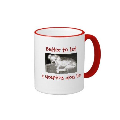 El perro grunón divertido dejó un perro el dormir  taza de café