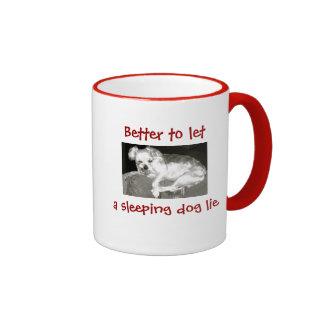 El perro grunón divertido dejó un perro el dormir taza de dos colores