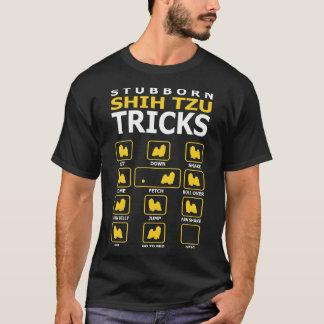 El perro obstinado de Shih Tzu engaña la camiseta
