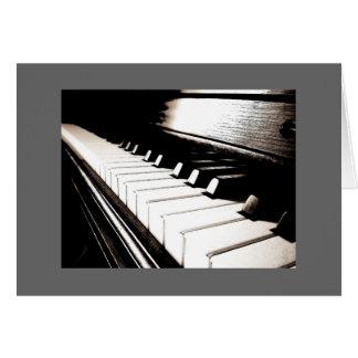 El piano cierra la tarjeta de nota gris de la