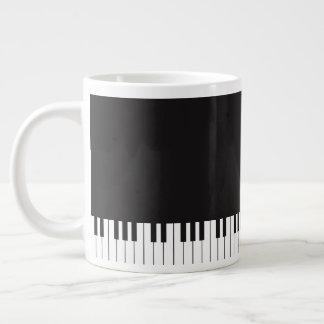 El piano cierra la taza de café enorme