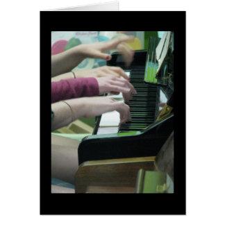 El piano da la tarjeta de nota vertical