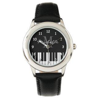 El piano de cola cierra el reloj de los niños con