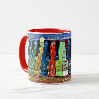 El piano pintado colorido cierra la taza de café