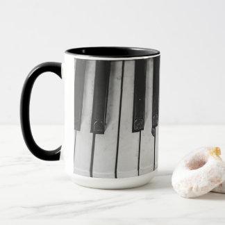 El piano viejo del vintage cierra la taza de café