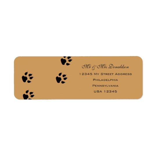 El pie del perro imprime etiquetas de dirección