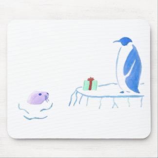 El pingüino da a sello un regalo alfombrilla de ratón