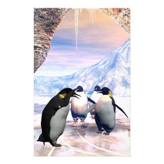 El pingüino divertido va en un lago con hielo papelería de diseño