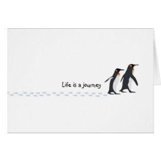El pingüino imprime la tarjeta de cumpleaños