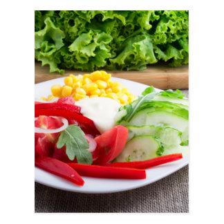 El plato vegetariano sano en un gris texturizó la postal