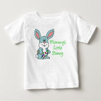 El poco conejito de la mamá camiseta de bebé