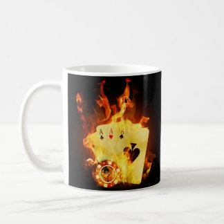 El póker ardiente carda la taza
