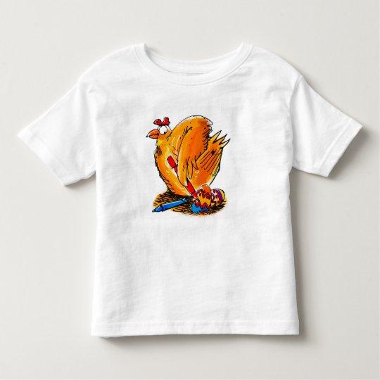 el pollo de la caricatura de pascua pinta su camiseta de bebé