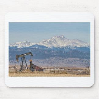 El pozo de petróleo Pumpjack y la nieve sacada el  Alfombrilla De Ratones